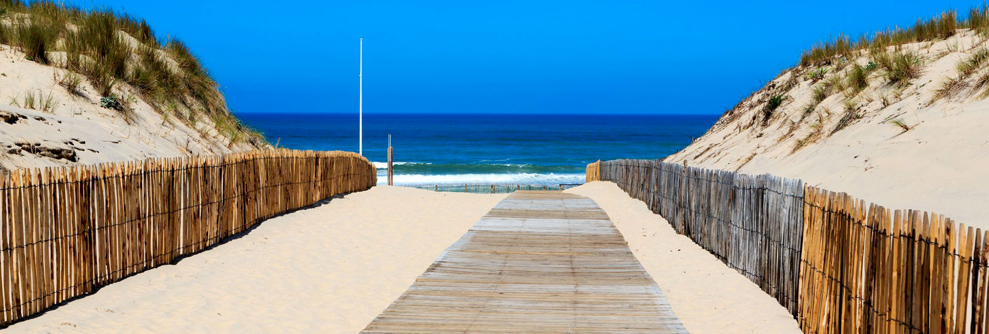 Chemin de sable vers la plage