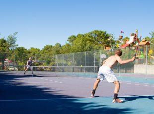 Terrain de tennis au camping Hourtin